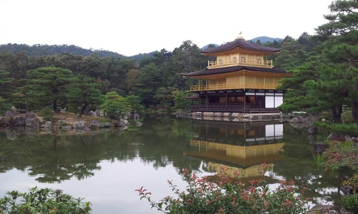 Kinkakuji - templo folhado a ouro por dentro e por fora.