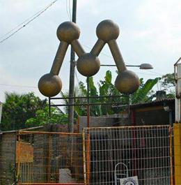 """""""M"""" que durante 16 anos esteve no terraço da sede da Manchete no Rio de Janeiro """"enfeita"""" um ferro-velho."""